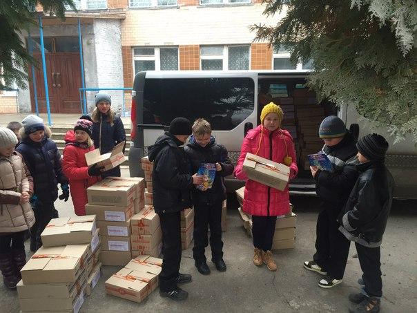 Подарунки забирають дітки Миропільської гімназії