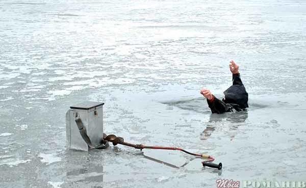 Прикарпатські «надзвичайники» врятували ще одного легковажного рибалку, який упав в озеро